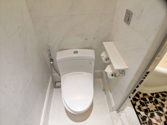 Courtyard Suite toilet